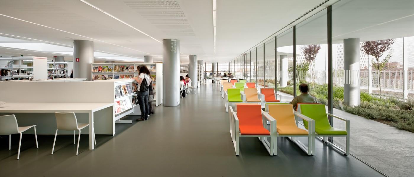 Zona de revistes biblioteca a l´area d´adults