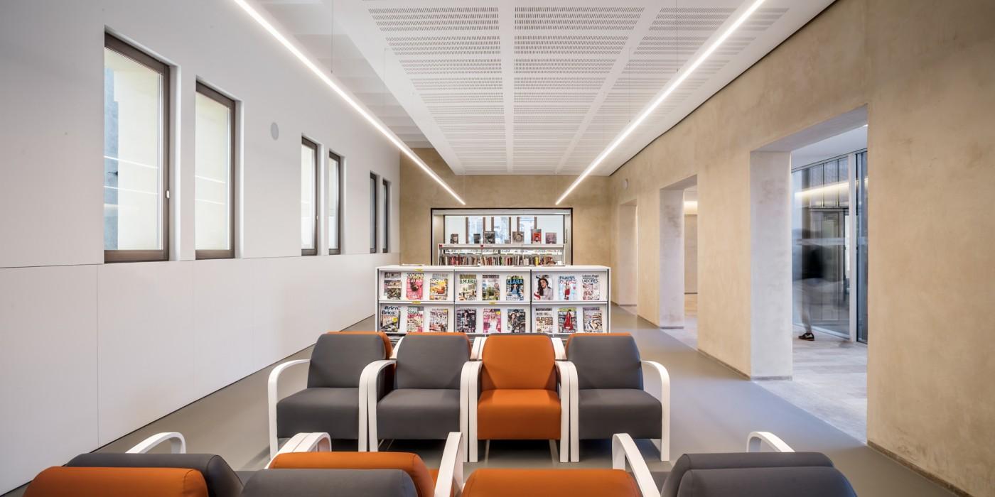 zona adults, espai de revistes biblioteca